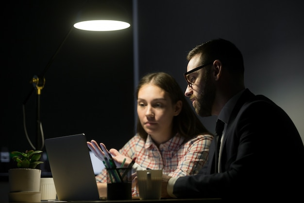 Male worker explaining marketing plans to female coworker Free Photo