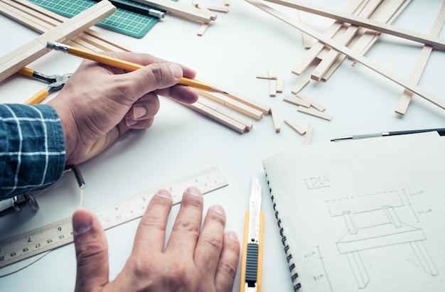 Мужчина работает на рабочем столе с материалом из пробкового дерева Premium Фотографии
