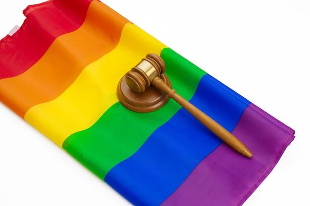 木製裁判官mallとlgbt虹色の旗が分離されました。法律とlgbt Premium写真
