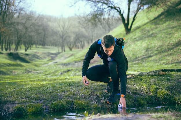 木に対して公園や森を走った後の男 無料写真