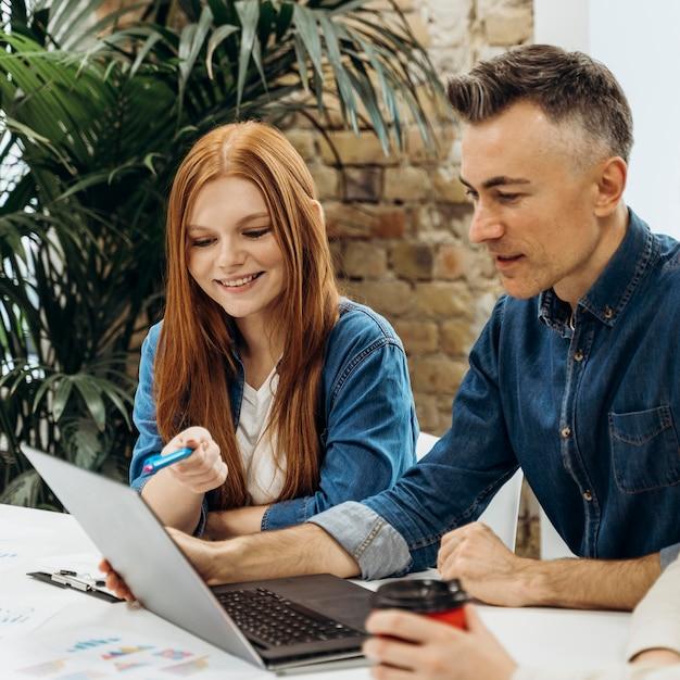 Мужчина и женщина обсуждают новый проект Premium Фотографии