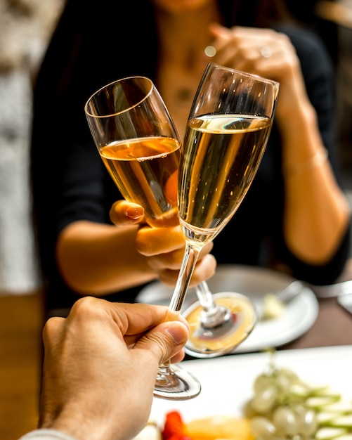 Мужчина и женщина пьют шампанское с фруктовой тарелкой Бесплатные Фотографии
