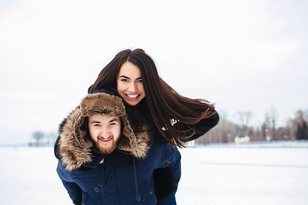 男と女が楽しんで、屋外で遊ぶ 無料写真