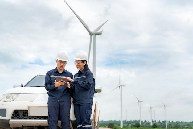 風力発電所での男性と女性の検査エンジニアの準備と進捗チェック Premium写真