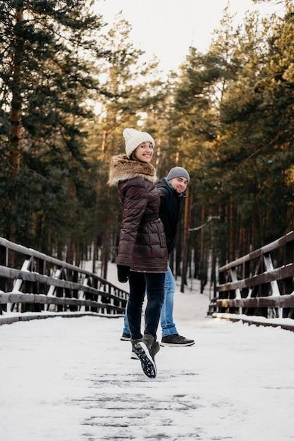 冬の間に一緒に屋外で男性と女性 無料写真