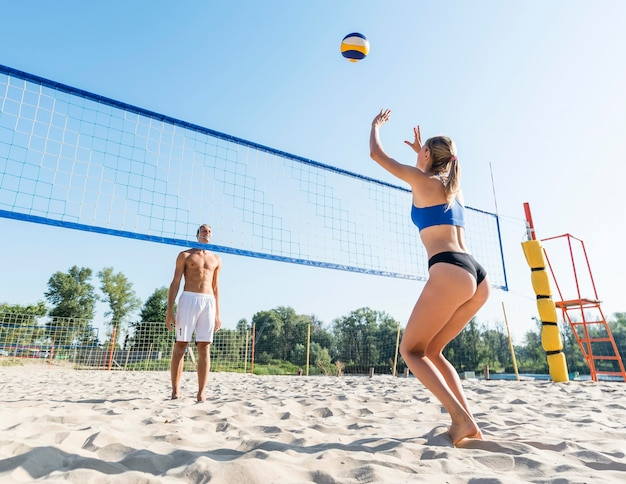 男と女のビーチバレーボール 無料写真