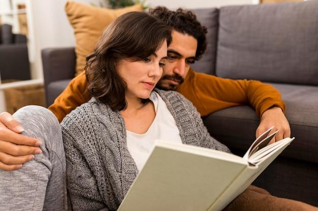 Мужчина и женщина читают вместе Бесплатные Фотографии