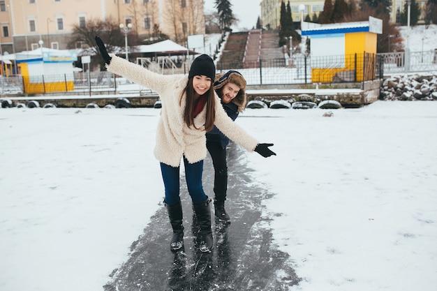 凍った湖で氷の上に乗って男女 無料写真