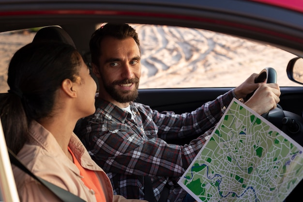 車で一緒に旅行する男性と女性 無料写真