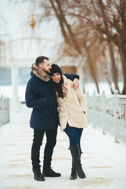 冬の公園を歩いている男女 無料写真