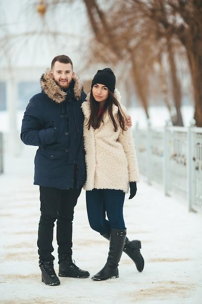 冬の公園を歩く男女 無料写真