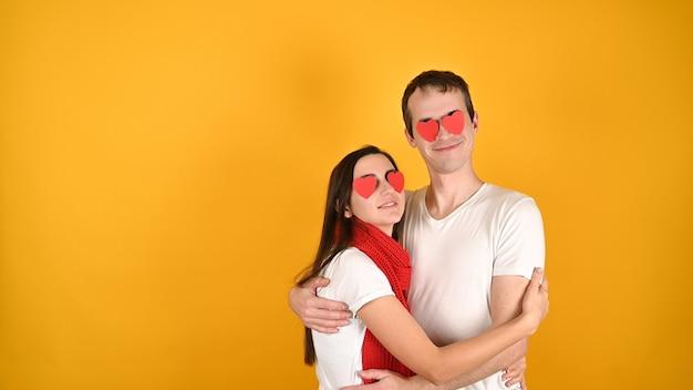 Мужчина и женщина с сердечками в глазах Premium Фотографии