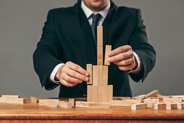 Человек и деревянные кубики на столе. концепция управления Бесплатные Фотографии
