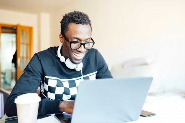 Человек дома с ноутбуком Premium Фотографии