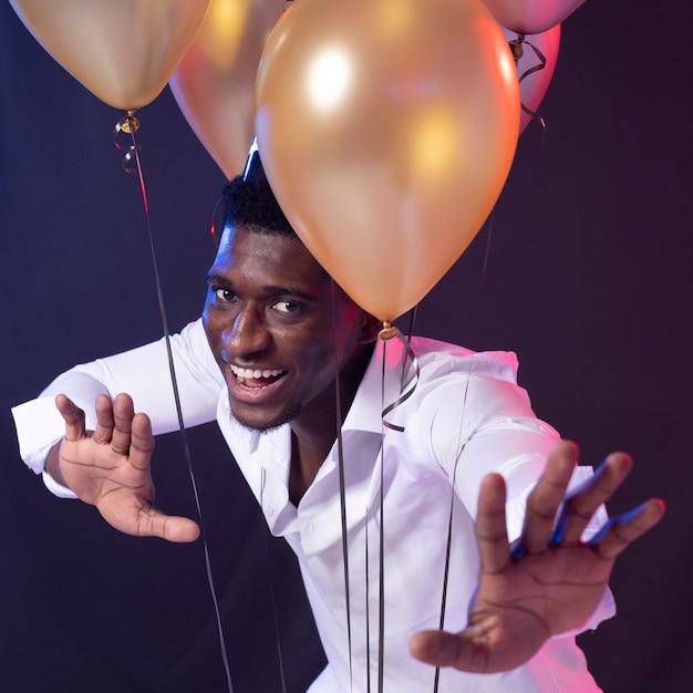 風船を持ったパーティーの男 Premium写真