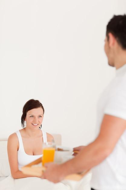 朝食を取る男性 Premium写真