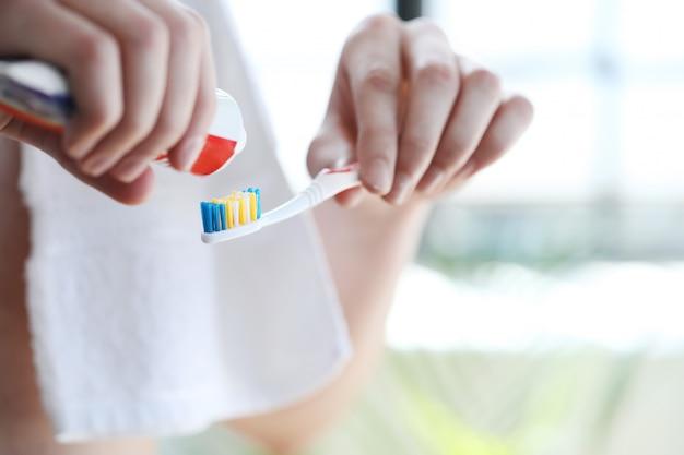 歯を磨く男 無料写真