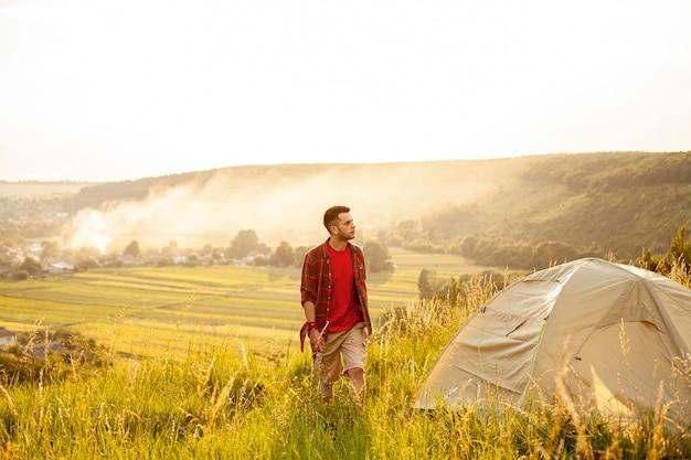 L'uomo campeggio in natura Foto Gratuite