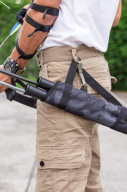 Man in cargo pants with bow and arrows Premium Photo