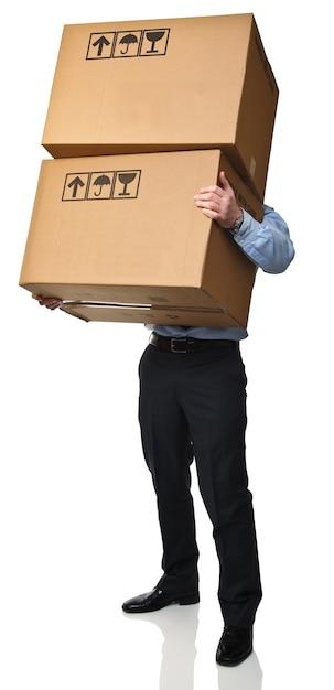 Человек несет коробки, изолированные на белом фоне Premium Фотографии