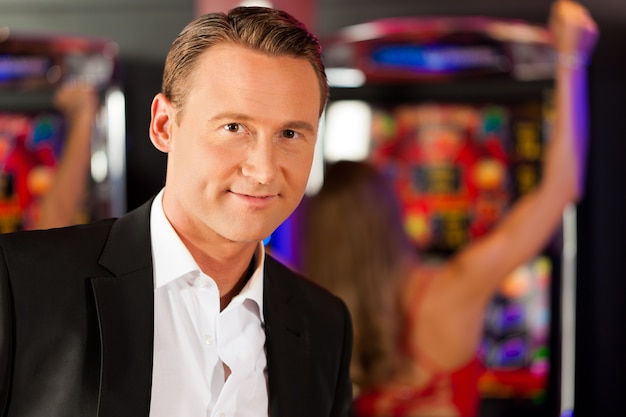 Man in casino on slot machine Premium Photo