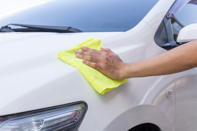 Man cleaning car with microfiber cloth Premium Photo