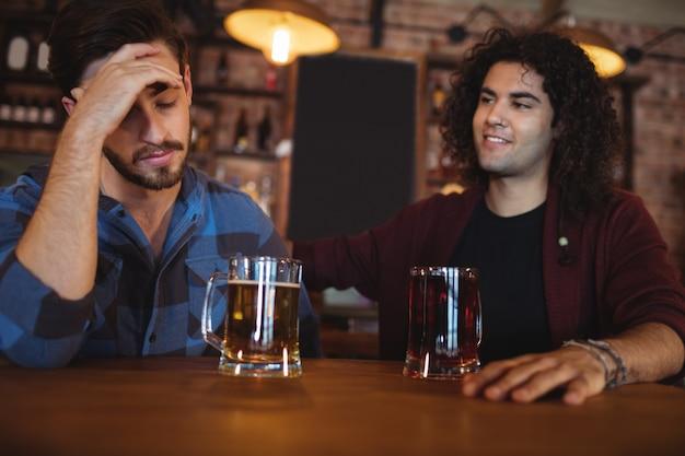 Человек утешает своего депрессивного друга Premium Фотографии