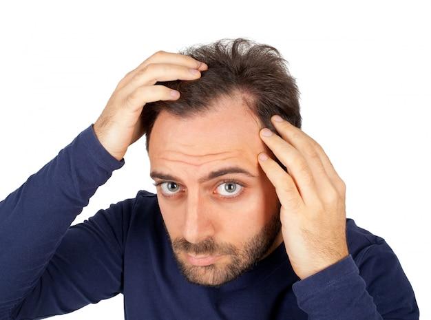 Человек контролирует выпадение волос Premium Фотографии
