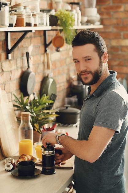 Человек готовит на кухне. утренний завтрак Бесплатные Фотографии