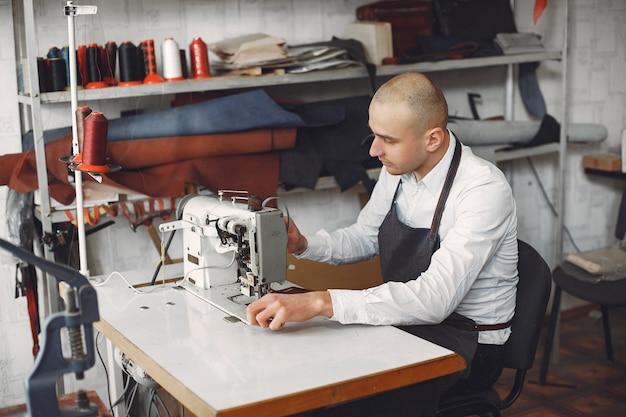 Человек создает кожаные изделия Бесплатные Фотографии