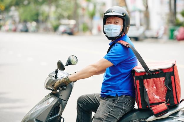 Man delivering food Premium Photo