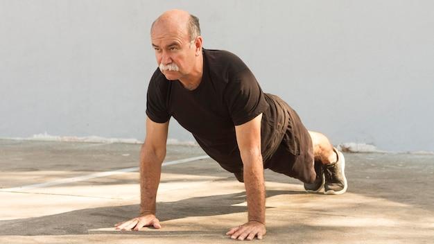 Человек делает упражнения пуш-ап Бесплатные Фотографии