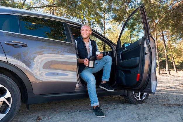 Мужчина пьет кофе и сидит в машине долгое время Бесплатные Фотографии