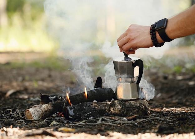 森でコーヒーを飲む人 無料写真