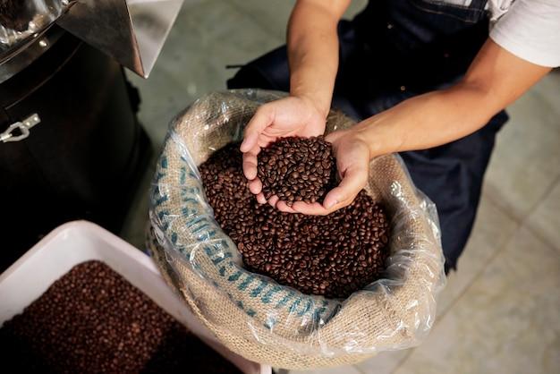 Человек, изучения кофейных зерен Premium Фотографии