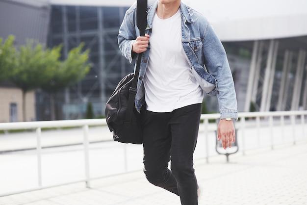 L'uomo aspetta il suo volo all'aeroporto. Foto Gratuite