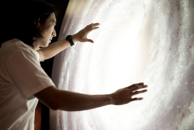 천문관에서 우주를 경험하는 남자 무료 사진