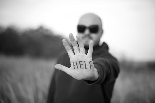 男は救いの手を伸ばす Premium写真