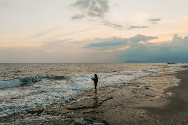 男は海岸で釣り 無料写真