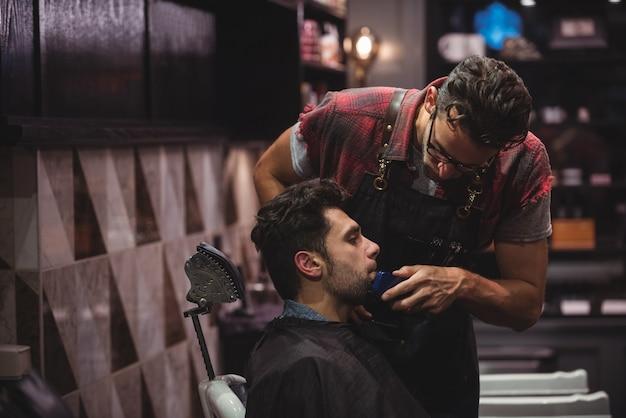 トリマーでひげを剃る男 無料写真