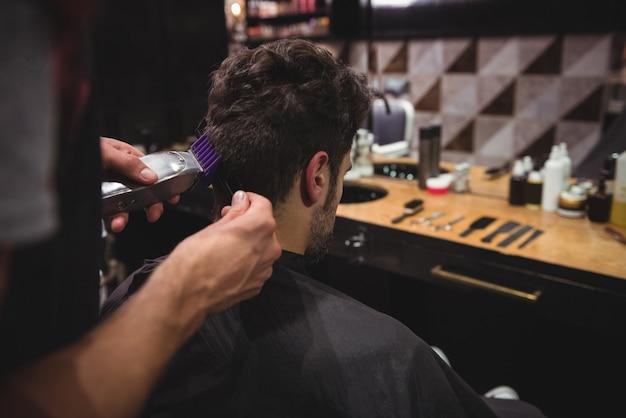 Мужчина подстригает волосы триммером Бесплатные Фотографии