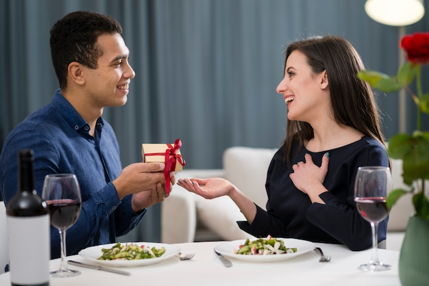 Man giving a gift to his wife for valentine's day Free Photo