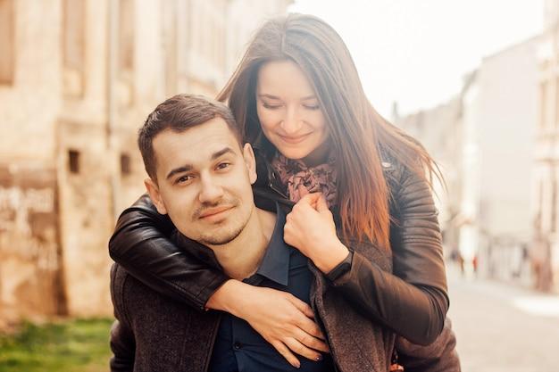 Man giving piggyback ride to his girlfriend Premium Photo