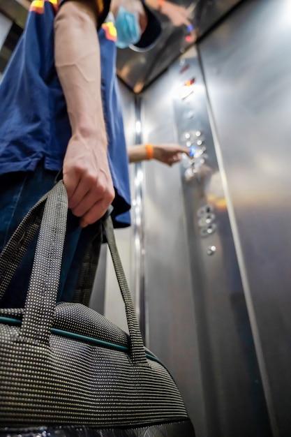 Человек отправляется в безопасное путешествие во время пандемии Бесплатные Фотографии
