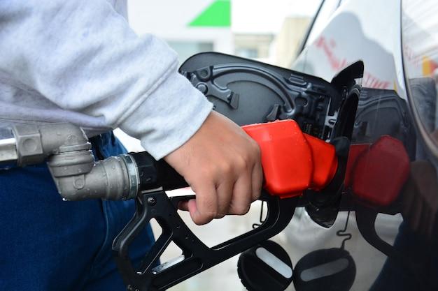 combustivel adulterado gasolina abastecendo