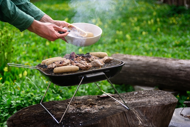 Man hands cooking bbq grill Premium Photo