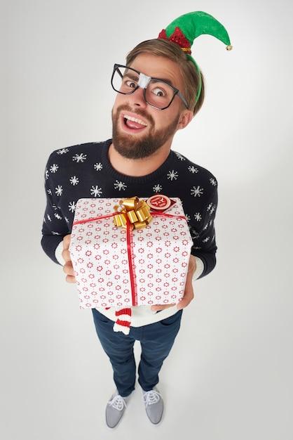 この大きなプレゼントを喜んで贈る男 無料写真