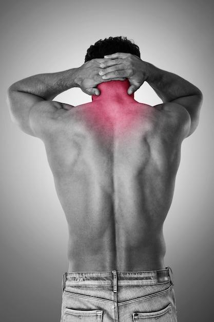 У мужчины сильная боль в шее Бесплатные Фотографии