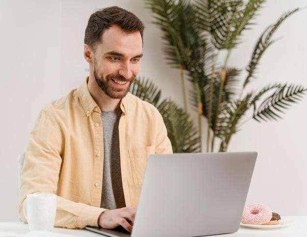 노트북에 화상 통화를 갖는 남자 무료 사진