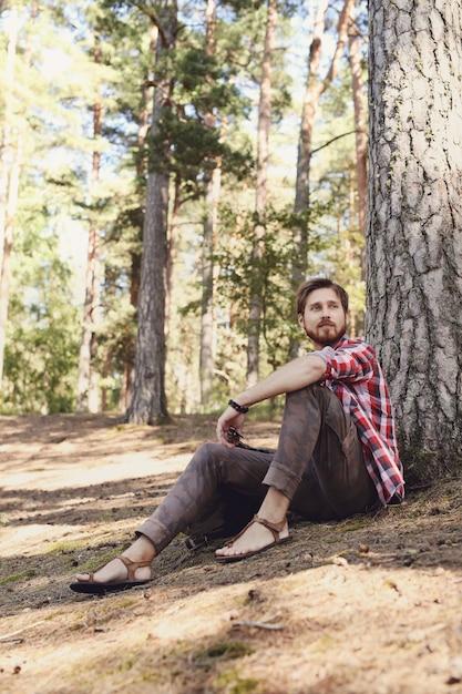 森でのハイキングの男 無料写真